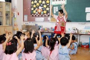 清教学園幼稚園 実習中の学生