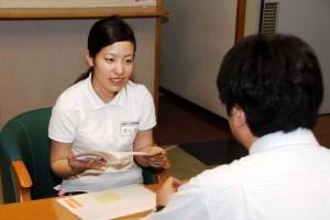 実習先で大学教員からアドバイスを受ける学生