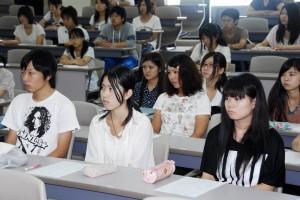 真剣な表情で先輩の話を聞く学生たち