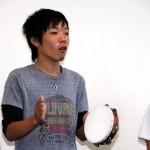 男子学生も将来の保育士としてしっかり歌い、演奏します