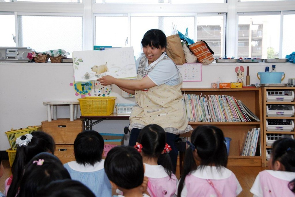幼稚園実習中の学生