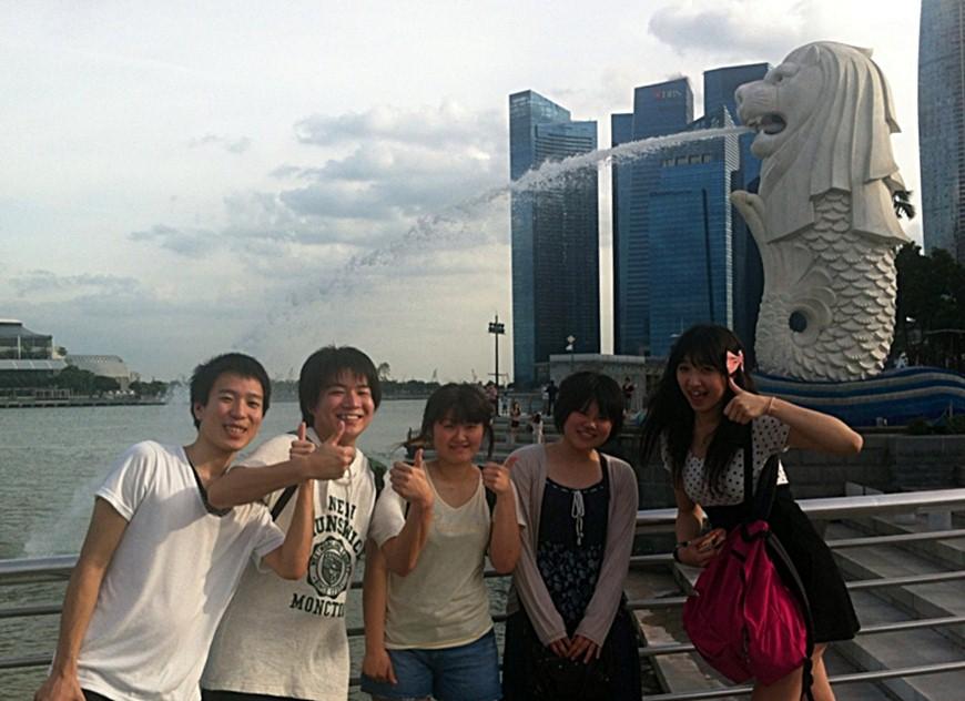 休日に観光を楽しむ学生たち