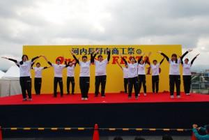 河内長野市商工会祭りで介護福祉コース1回生がパフォーマンス