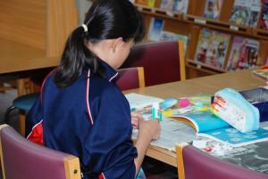 中学生が本学図書館で労働体験学習