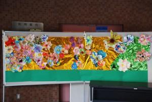 造形の授業で華やかな新年の飾りをつくりました。