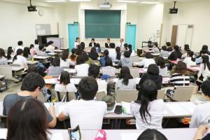 「職業人・先輩から学ぶ-保育教諭-」の授業 社会福祉法人夢らんど二田からゲスト講師来学